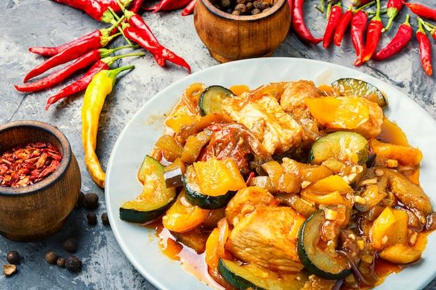 Gedämpftes weihnachtsfleisch mit aubergine
