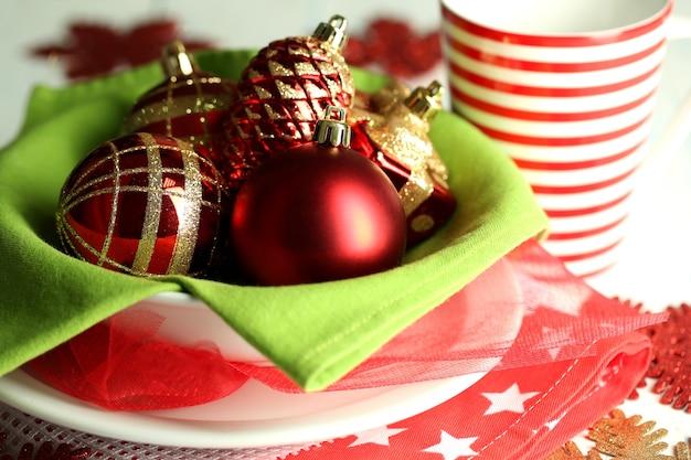 Gedeck für weihnachten, auf hellem hintergrund