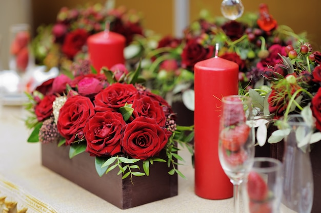 Gedeckter tisch für ein romantisches abendessen oder einen hochzeitsempfang