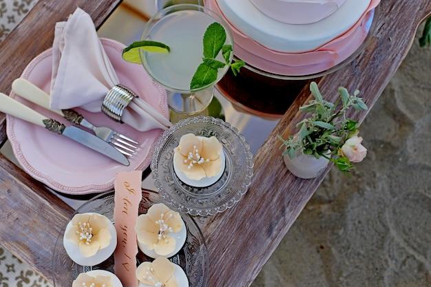 Gedeckter tisch für eine hochzeit oder ein anderes abendessen mit catering.