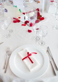Gedeckter tisch für eine hochzeitsfeier