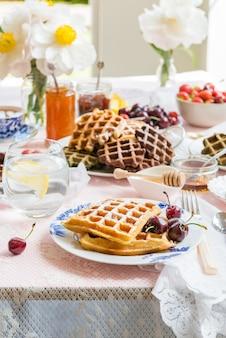 Gedeckter tisch zum frühstück mit waffeln und beeren