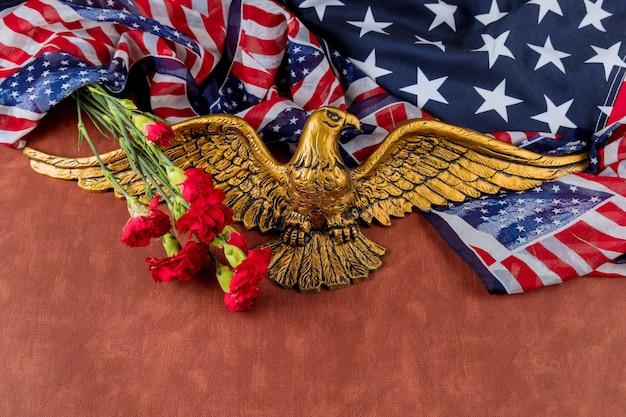 Gedenken sie rosa nelkenblumen für gedenkfeiertag mit amerikanischer flagge im amerikanischen weißkopfseeadler