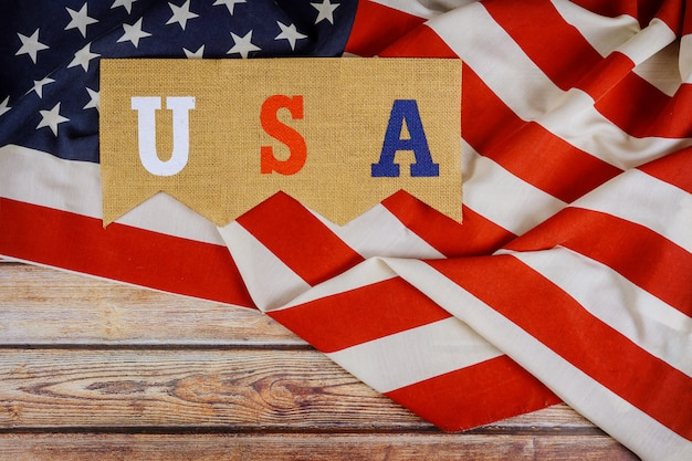 Gedenktag der nationalfeiertage der usa auf amerikanischer flagge am unabhängigkeitstag des holzbretts