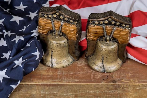 Gedenktag mit amerikanischer flagge mit erinnerung an diejenigen, die auf der erinnerungsglocke gedient haben