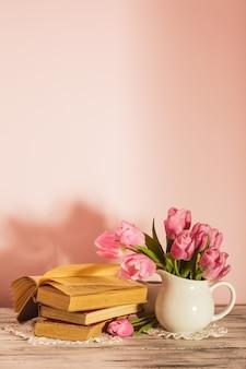 Gedichtstillleben mit büchern und rosa tulpen mit kopienraum. lehrertag.