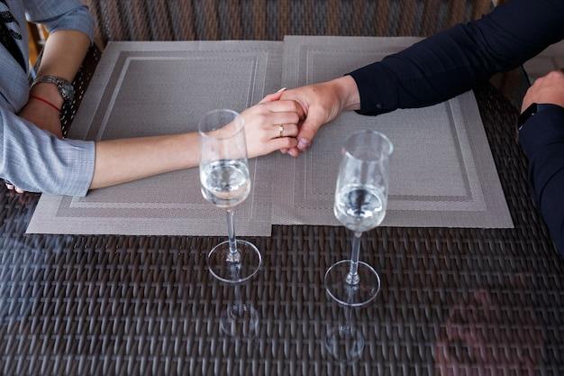 Gedienter tisch in einem restaurant für zwei personen. blaue teller zum essen, zwei gläser. romantisches abendkonzept