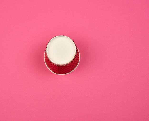 Gedreht rote pappbecher für getränke