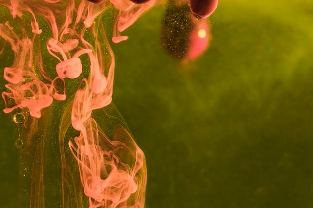 Gedrehte quallen auf meerespflanzenhintergrund