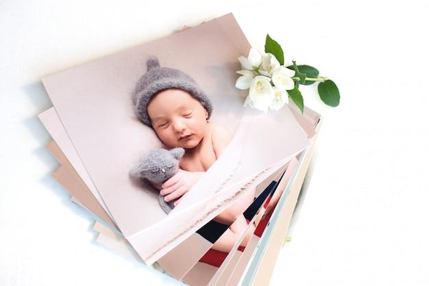 Gedruckte fotos der familie. fotokarten, hintergrund mit einer weißen blume.