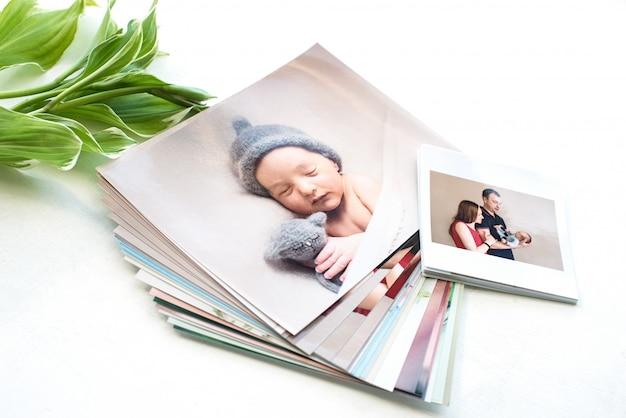 Gedruckte fotos der familie mit blättern