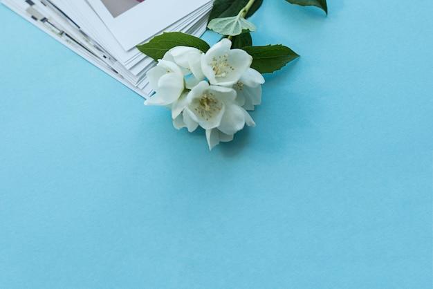 Gedruckte fotos von baby. fotokarten, hintergrund mit einer weißen blume. attrappe, lehrmodell, simulation