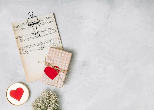 Gedruckte musik in der nähe der geschenkbox