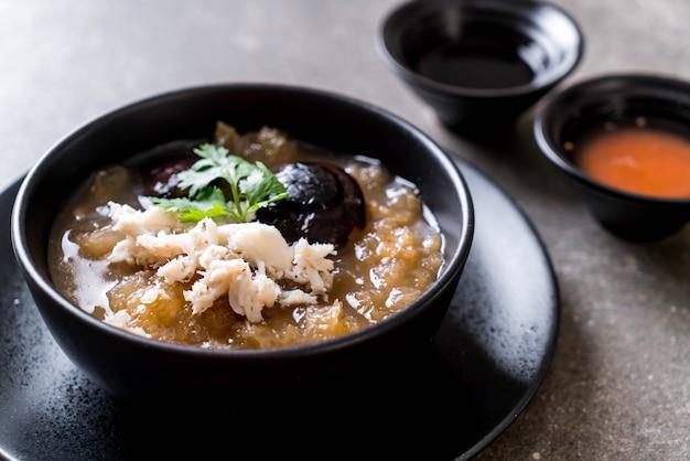Gedünsteter fischschlund in der roten soßen-suppe mit krabbe