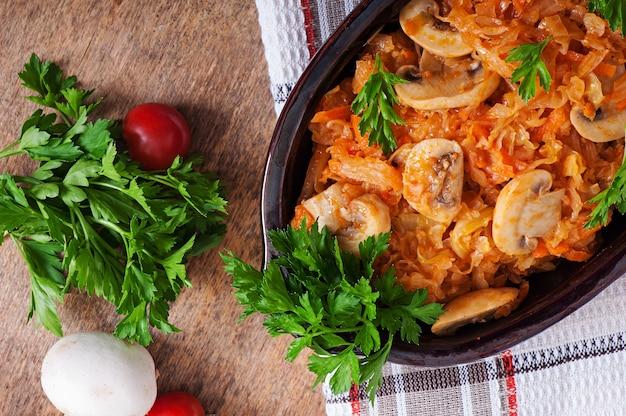 Gedünsteter kohl mit pilzen und tomatensauce