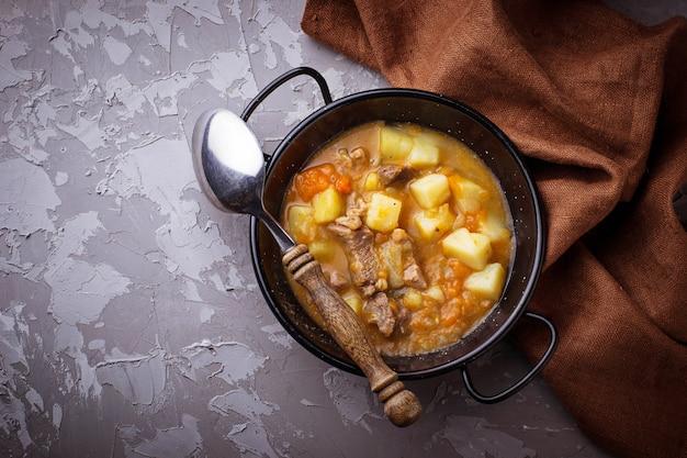 Gedünstetes rindfleisch mit kartoffeln, karotten und kürbis. selektiver fokus