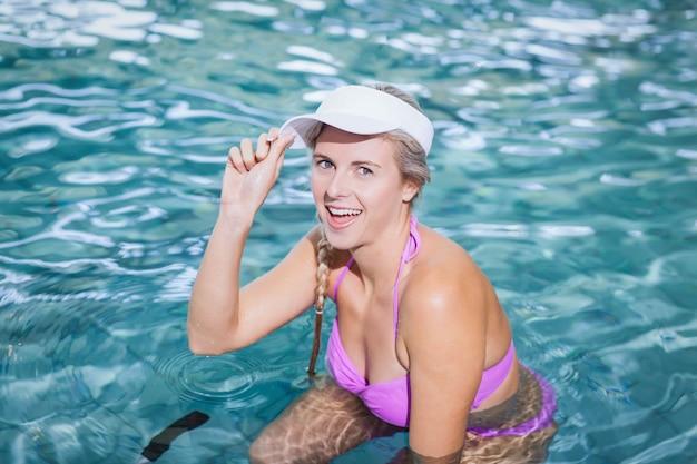 Geeignete frau, die unterwasserfahrrad am pool tut