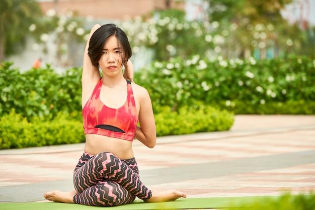 Geeignete frau, die yoga asana tut