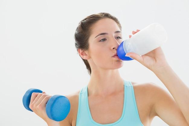 Geeignete frau mit trinkwasser des dummkopfs