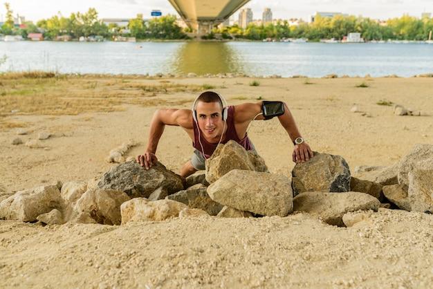 Geeigneter mann, der unter der brücke trainiert und ein gesundes leben führt