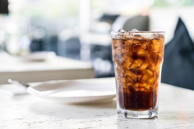 Geeiste cola auf dem tisch