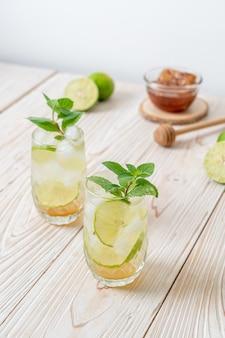 Geeister honig und limettensoda mit minze - erfrischungsgetränk