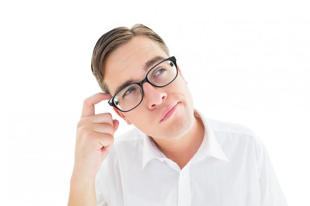 Geeky geschäftsmann, der seinen kopf verkratzt
