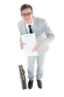 Geeky geschäftsmann, der vertrag zur kamera zeigt