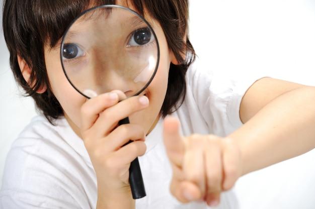 Geeky nettes kind, das gläser studiert und trägt