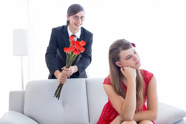 Geeky paare, die ein argument im wohnzimmer haben