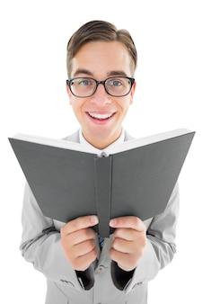 Geeky prediger, der von der schwarzen bibel liest