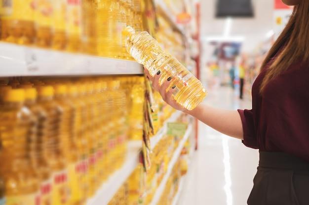 Geerntet vom einkaufen der jungen frau im supermarkt