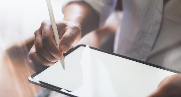 Geerntete ansicht der hände des mannes, die auf tablette zeichnen