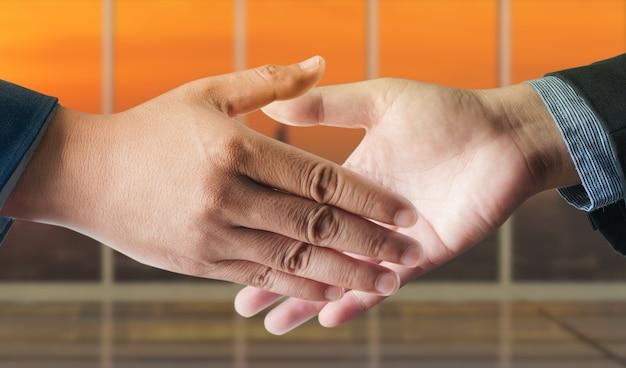 Geerntete ansicht des geschäftsmannhändedrucks, zum eines abkommens im büro zu versiegeln