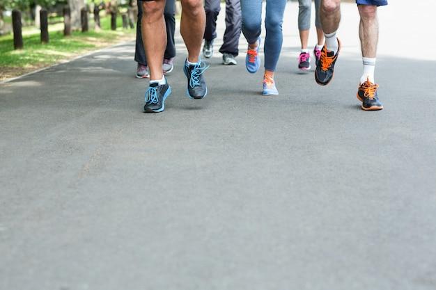 Geerntete ansicht des marathonathletenfußlaufens