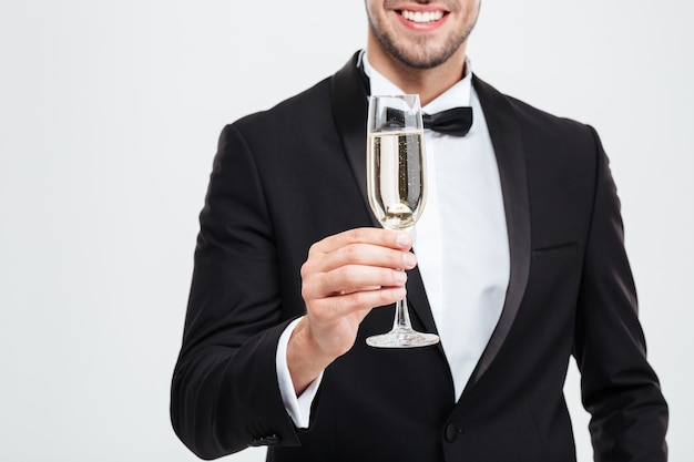 Geernteter geschäftsmann mit champagner.