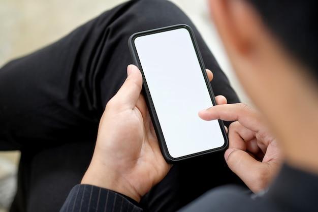 Geernteter schuss eines mannes, der smartphone verwendet.