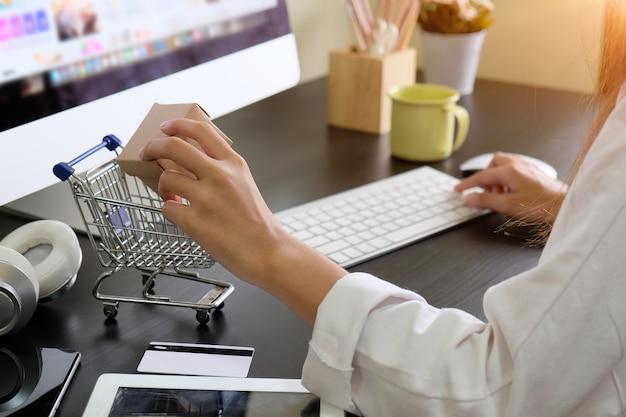 Geernteter schuss von online kaufen mit der frau, die gerätetechnologie verwendet.