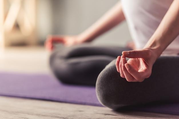 Geerntetes bild der schönen schwangeren frau meditierend.