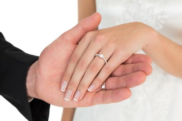 Geerntetes bild von eben verheirateten paaren, die hände halten