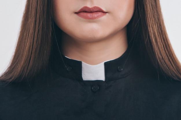 Geerntetes foto: nahaufnahme von kleidungsstücken. priesterrobe: kragen