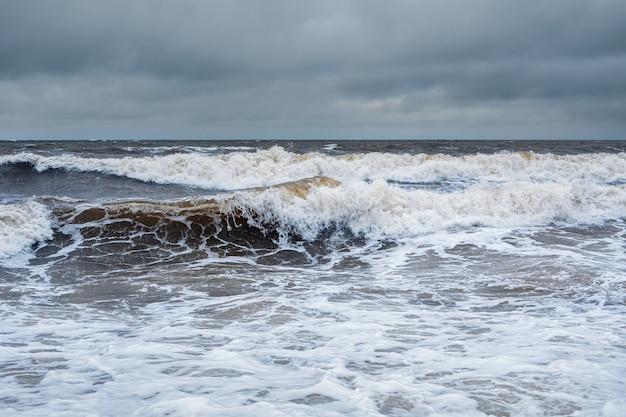 Gefährliche große wellen. stürmische winterwellen am weißen meer. dramatische seelandschaft.