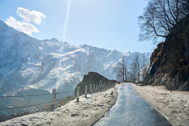 Gefährliche kurvenreiche straße zwischen den bergen. mountain streamer im zeitigen frühjahr. spektakuläre berglandschaft.