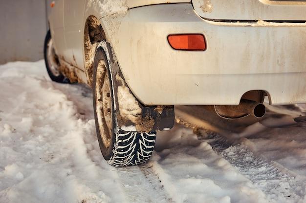 Gefährliche winterstraßenfahrt, spur vom auto auf schnee.