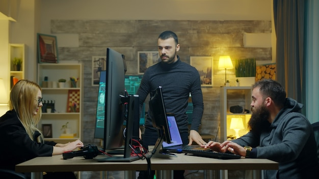 Gefährlicher hacker mit seinem team, das von seiner wohnung aus cyberkriminalität begeht.