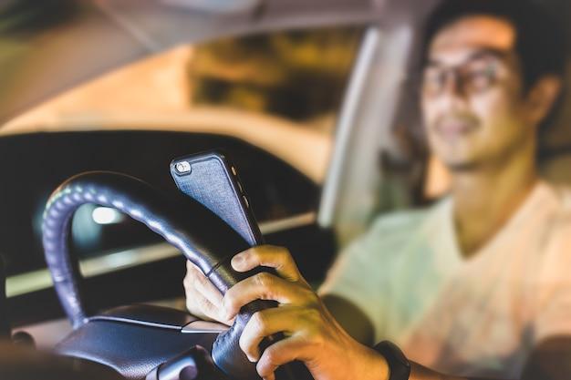 Gefährlicher konzeptmann, der handy beim fahren verwendet