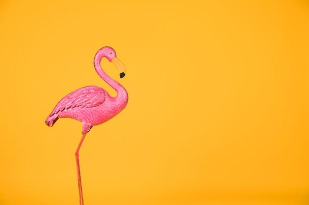 Gefälschter rosa flamingo allein