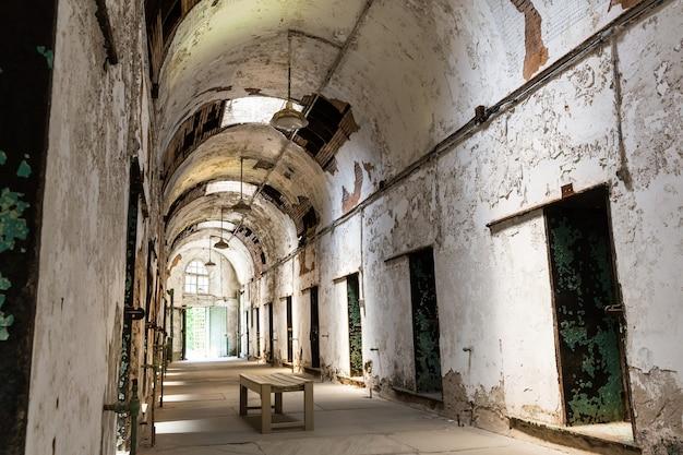 Gefängnisflur mit verschlossenen türen.