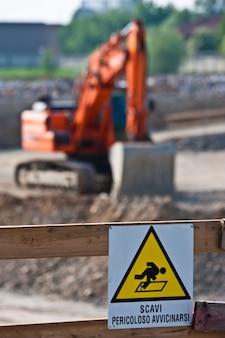 Gefahrenzeichen für laufende arbeiten (italienisch) auf einer baustelle