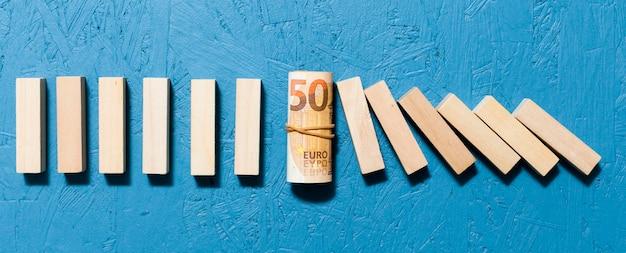 Gefallene holzstücke und banknotenkonzept